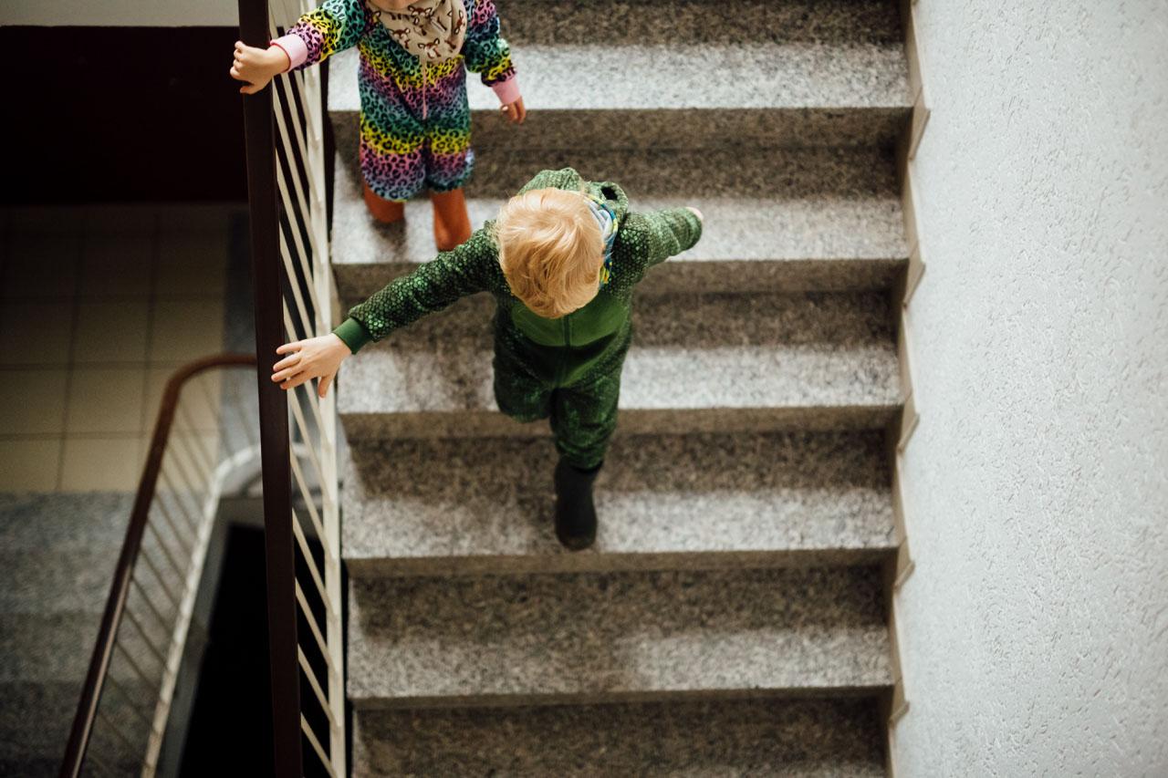Zwei Kinder gehen die Treppe runter