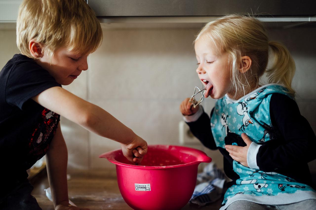 Kinder lecken den übrigen Teig ab