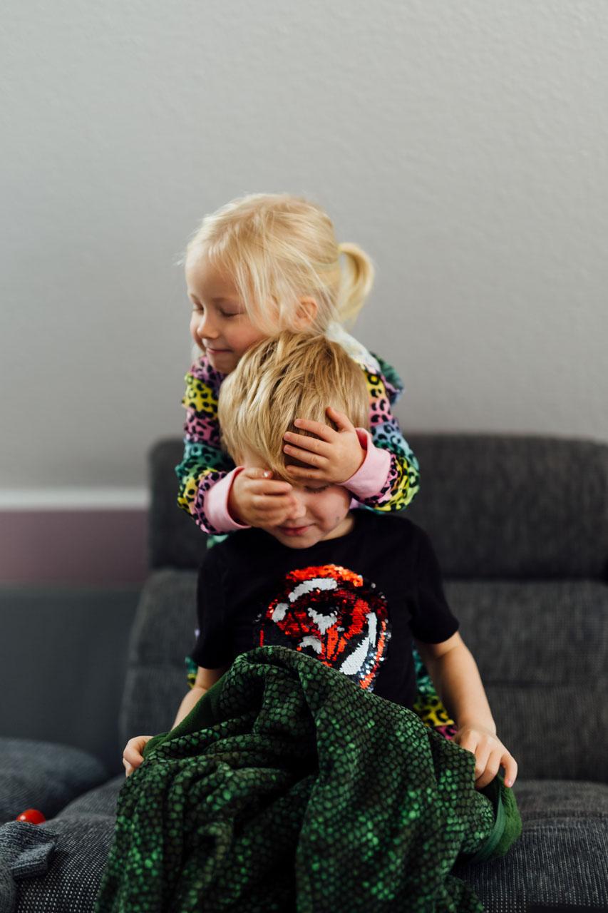 Schwester umarmt ihren Bruder