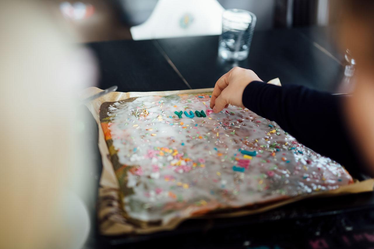 Kind verziert den Kuchen