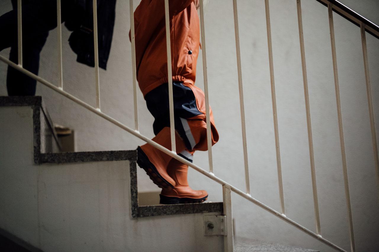 Kind läuft die Treppe runter