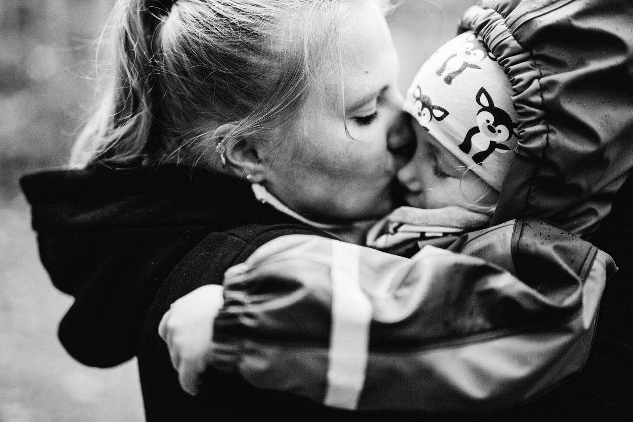 Mutter küsst ihr Kind