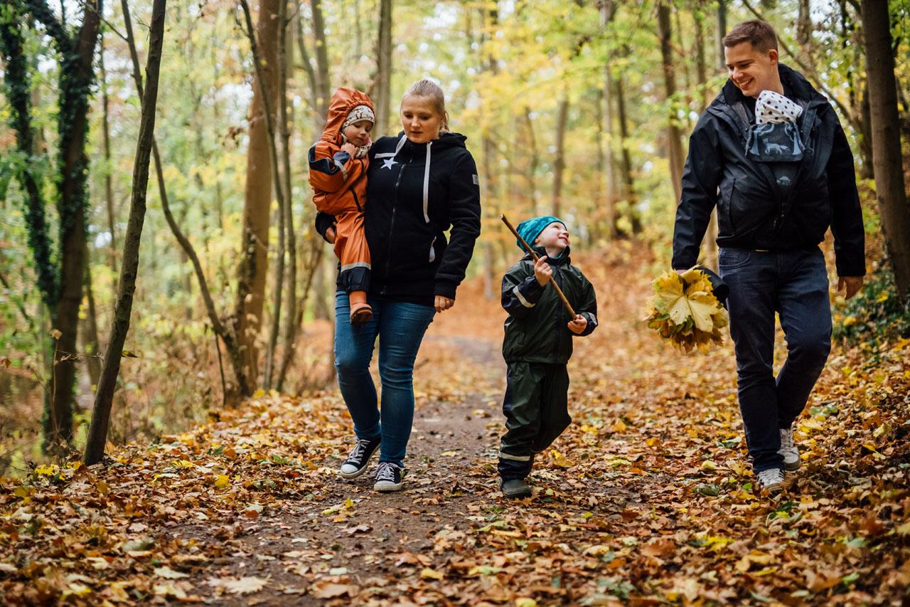 Familie mit drei Kindern im Herbstwald