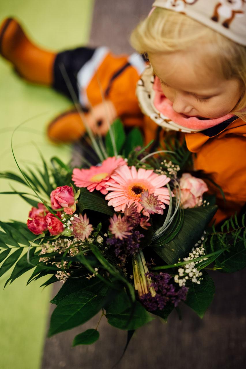 Kind mit Blumen in der Hand