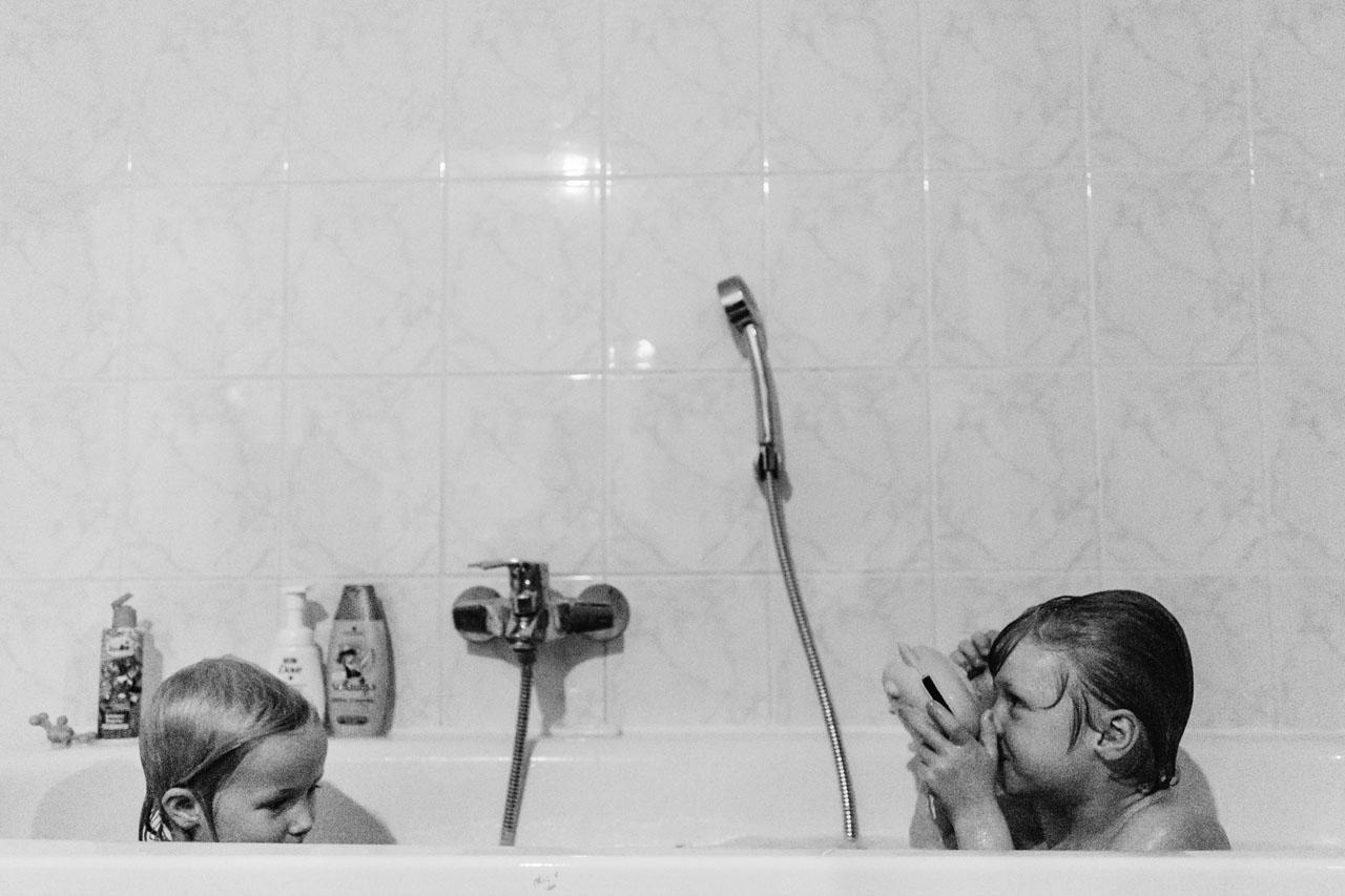 zwei Kinder baden in der Badewanne