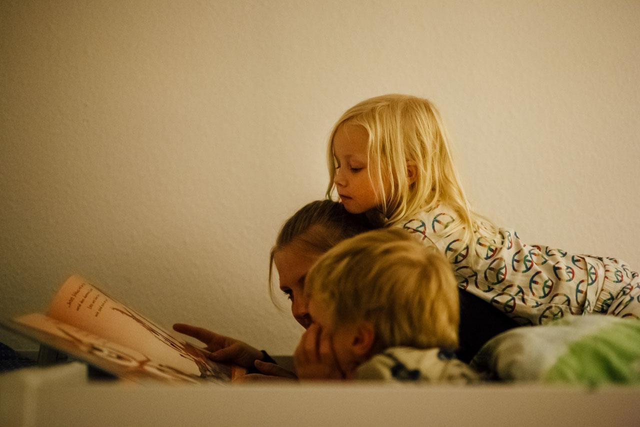 Den zwei Kindern wird vorgelesen