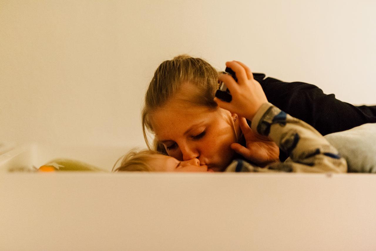 Mutter gibt dem Kind ein Kuss