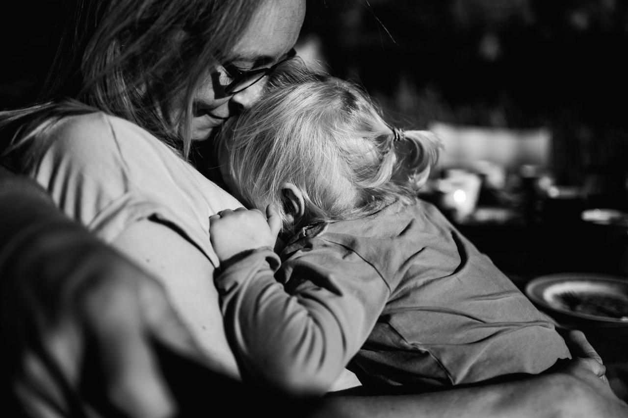 Tochter und Mutter kuscheln