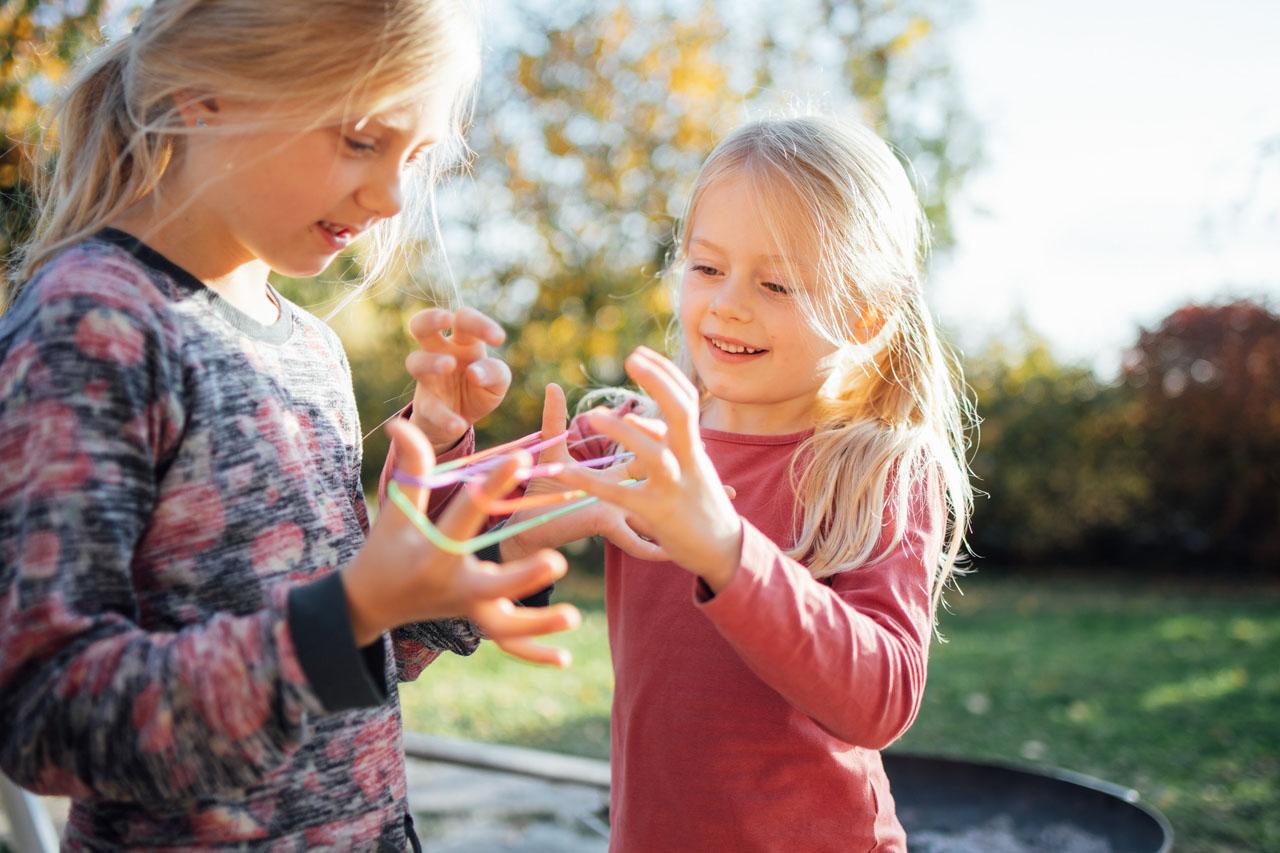 zwei Mädchen spielen mit Gummis