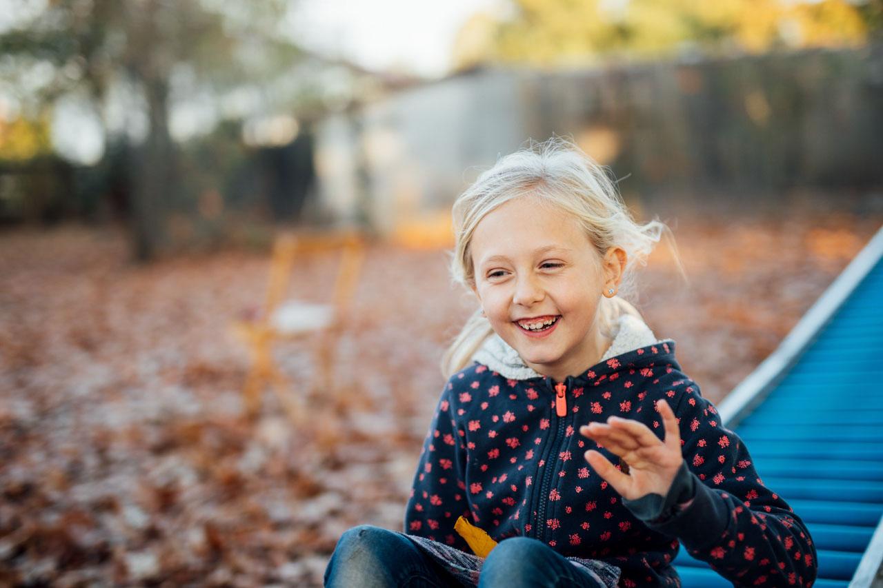 Mädchen lacht beim Sommerrodeln