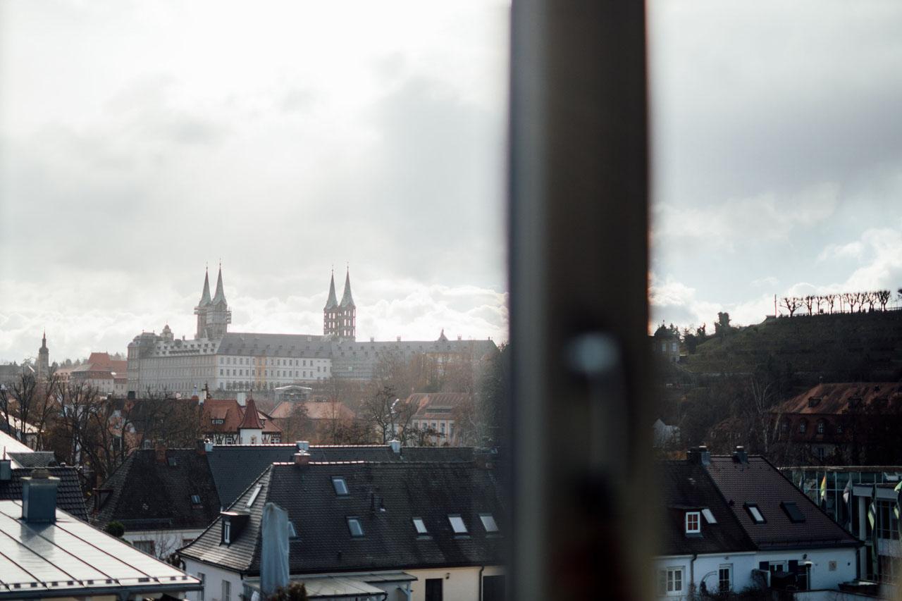Die Aussicht vom Fenster aus auf die Stadt