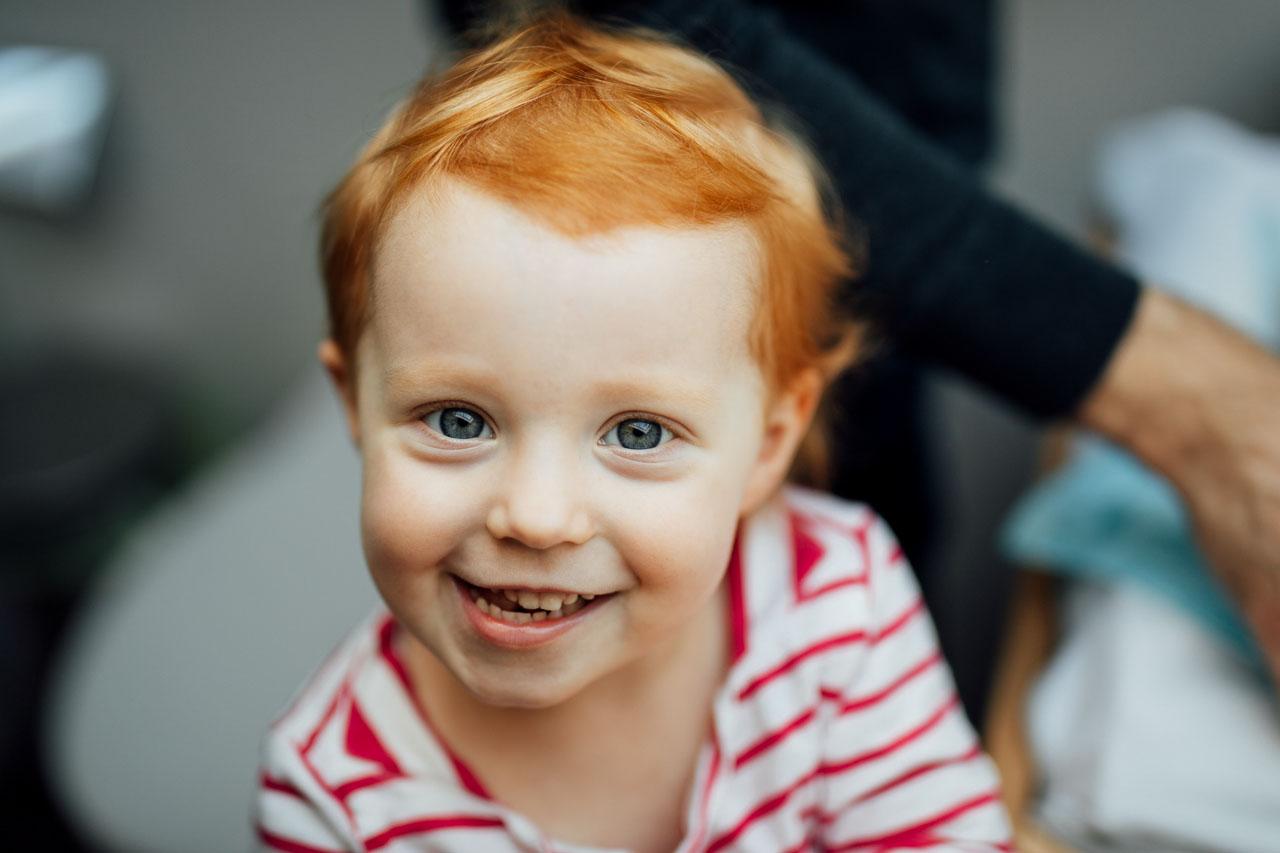 Porträt eines fröhlichen Kindes