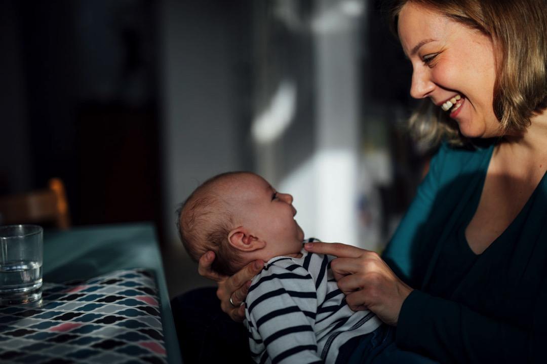 Mama und Baby lachen sich an
