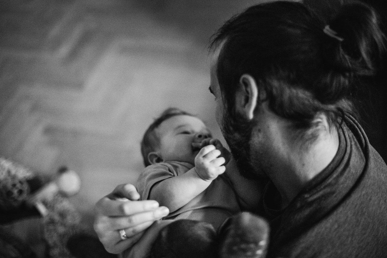 Vater hält Baby und schaut es an