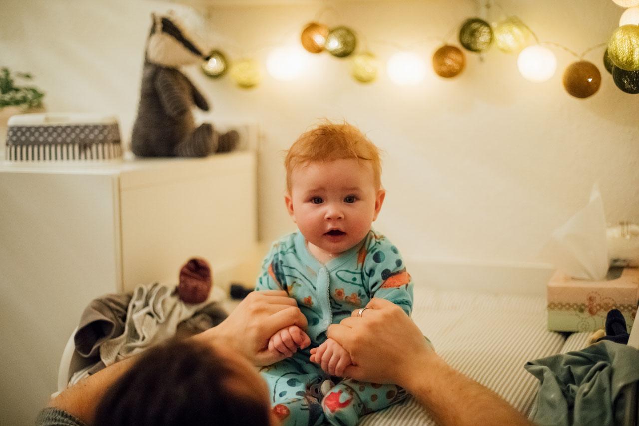 Baby schaut emotional in die Kamera und sabbert dabei