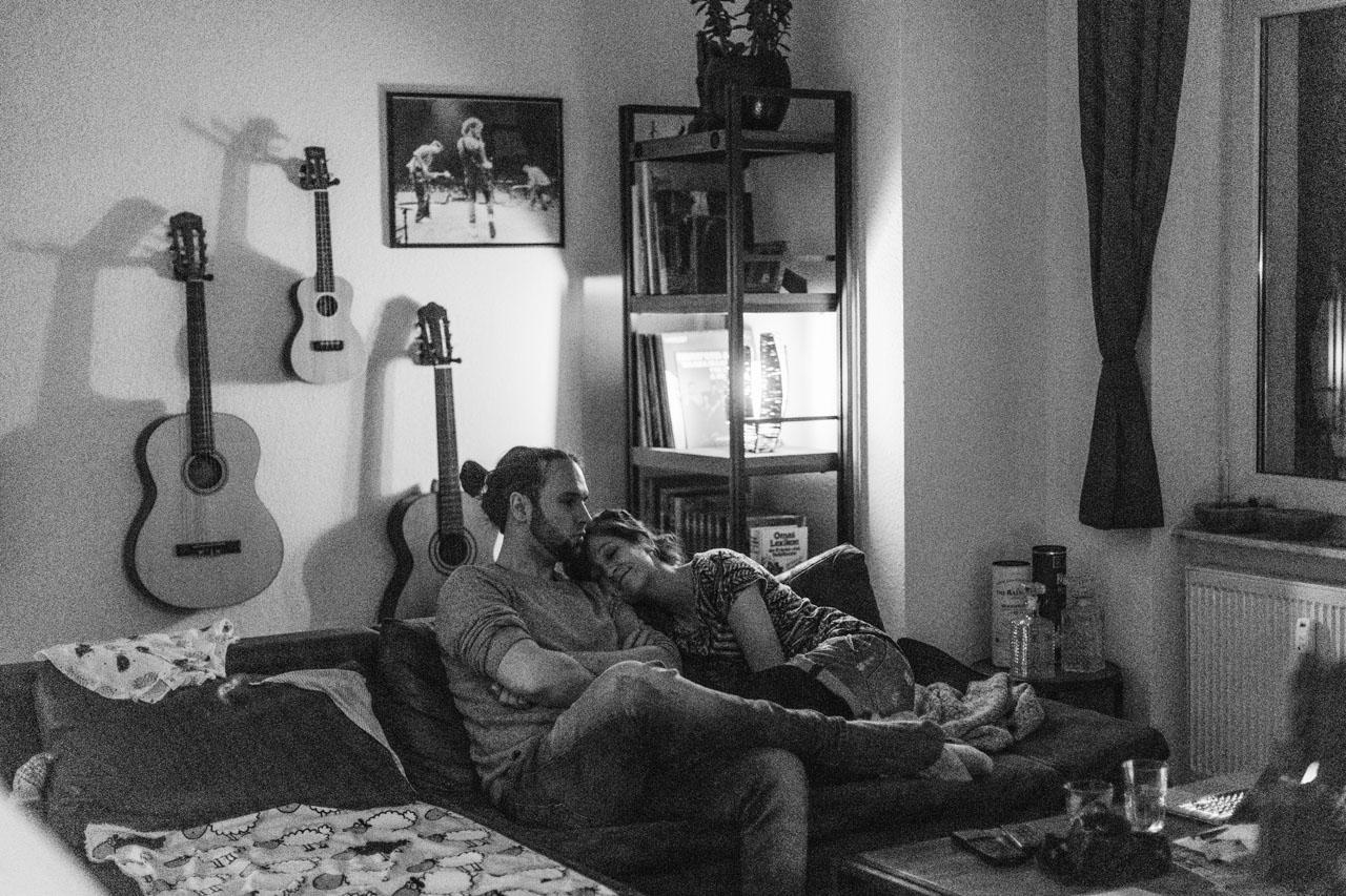 Frau und Mann kuscheln auf den Sofa