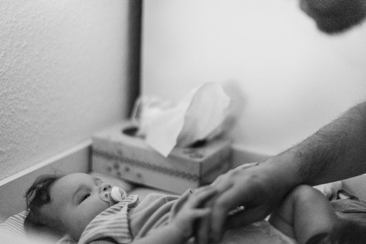 Baby liegt auf dem Wickeltisch